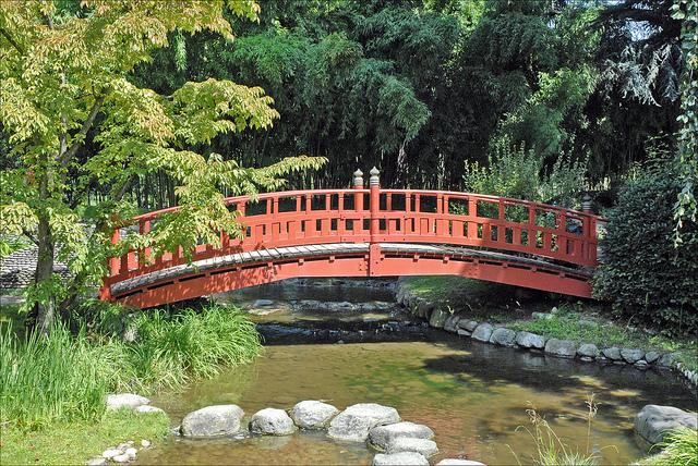 Pont dans un jardin japonais