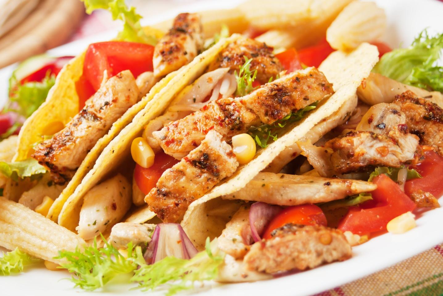 Assiette de poulet avec maïs et tomates